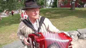 Kuvassa pelimanni Raimo Urpilainen soittaa haitaria Kaustisen kansanmusiikkijuhlilla.