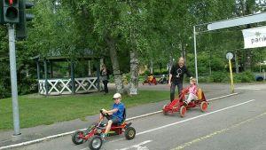 lapsia ajamassa autoilla lasten liikennepuistossa