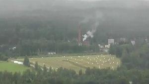 Vihtavuoren räjähdetahtaan alueelta nousevaa höyryä helikopterista kuvattuna.