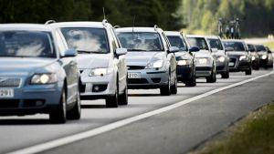 Autoja jonossa maantiellä.
