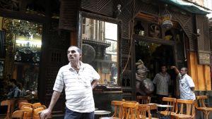 Maineikkaan Fishawi-kahvilan tarjoilijat odottelivat asiakkaita Khan al-Khalilin basaarissa Kairossa 6. kesäkuuta. Monet eurooppalaiset matkanjärjestäjät neuvoivat asiakkaitaan välttämään Egyptin-matkoja 30. kesäkuuta alkaneiden mellakoiden jälkeen.