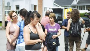 Ihmiset kuuntelivat Atlantic Railwaysin juhtajan tiedotustilaisuutta junaturmasta Lac-Méganticin kaupungissa 10. heinäkuuta.