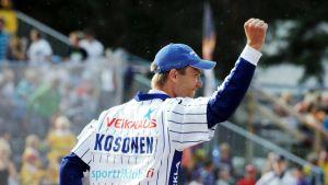 Lännen lukkari Topi Kosonen tuulettaa voittoa pesäpallon miesten Itä-Länsi-ottelussa Hyvinkäällä 14. heinäkuuta 2013. Länsi vei voiton 2-0.