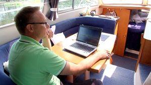 Mika Savolainen veneessä.