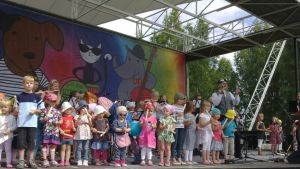 Lapsia Lokki-lavalla rytmikapulat käsissään.