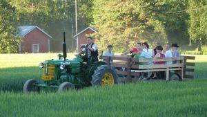 Traktori tuo väkeä latotansseihin