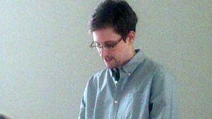 Human Rights Watchin välittämässä kuvassa Edward Snowden on lehdistötilaisuudesta Sheremetjevon lentokentältä Moskovassa 12. heinäkuuta.