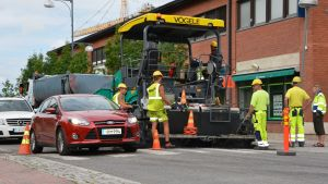 Autot ohittavat asfalttityömaan.