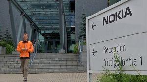 Mikko Merihaara kävelemässä ulos Oulun Nokian yksiköstä