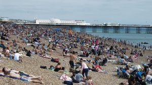 Brightonin ranta Iso-Britanniassa täyttyi ihmisistä helteisenä heinäkuun päivänä.