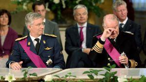 Belgian uusi kuningas Philippe (vas.) ja hänen edeltäjänsä Albert II vallanvaihtoseremoniassa Brysselissä 21. heinäkuuta.
