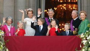Belgian kuningasperhe tervehtii ihmisiä kuninkaanlinnan parvekkeelta.