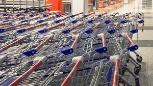 Ostoskärryjä ruokakaupan sisäänkäynnillä.