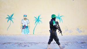 Nigerialaispoliisi partioi Lido-rannan läheisyydessä Mogadishussa lokakuussa 2012.