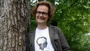 Antti Sorri nojaa puuhun