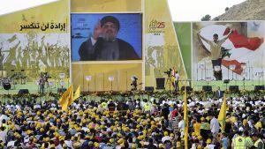 Hizbollahin kannattajat kuuntelevat järjestön pääsihteerin Sayyed Hassan Nasrallahin videolinkillä välitettyä puhetta.
