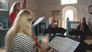 Nokkahuilukvartetti Bravade harjoittelee Tyrvään Pyhän Olavin kirkossa