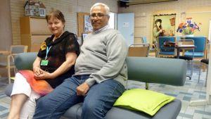Kainuun Nuotan koordinaattori Anneli Vatula ja Hassan Gomaa istuvat sohvalla.