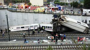 Pelastustyöntekijöitä junaonnettomuuspaikalla raiteilla Santiago de Compostelassa 24. heinäkuuta 2013.