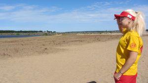 Uimavalvoja tarkkailee rantaa.