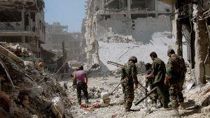 Syyrian armeijan sotilaita partiossa Homsin esikaupungissa.