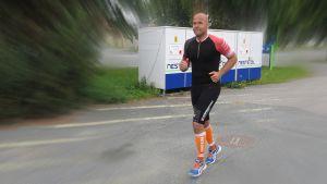 ultrajuoksija Mika Penttilä lähdössä lenkille