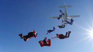Naiset hyppäävät lentokoneesta yrittääkseen muodostelmahypyn ennätystä.