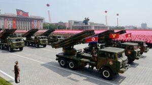 """Paraati järjestettiin Korean sodan päättäneen aselevon 60-vuotispäivän kunniaksi. Pohjois-Koreassa päivän nimi on """"Isänmaan vapautusodan voiton päivä""""."""