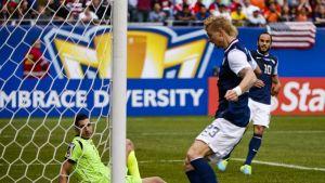 USA:n Brek Shea iskee pallon maaliin Panaman maalivahti Jamie Penedon seuratessa vierestä.