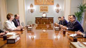 Euroopan unionin ulkoministeri Catherine Ashton (kesk. vas.) tapasi vierailunsa aikana myös Egyptin ulkoministeri Nabil Fahmyn (kesk. oik.) Kairossa 29. heinäkuuta 2013.
