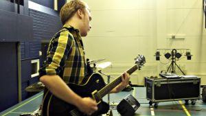 Mikael Heikkinen soittaa kitaraa Puolangan bändileirillä.