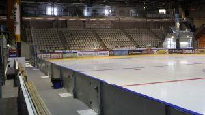 Jää on valmis uutta kautta varten Kouvolan jäähallissa.