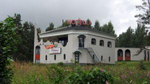Hotelli Joronjäljen yrittäjä Auvo Puurtinen odottaa viranomaisten tiedoksiantoa alkoholin myyntiluvista.