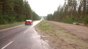Auto ajaa maantiellä.