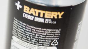 Varoitusteksti Battery-energiajuomapurkin kyljessä.