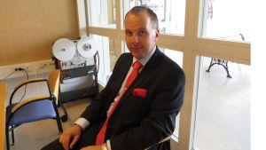 Forssan uusi kaupunginjohtaja Sami Sulkko istuu studiossa.
