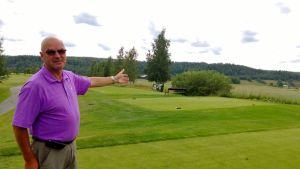 Erkki Mommo osoittaa, mihin Nokian golf-kenttä laajenee.