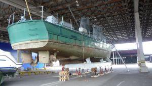 Telkkä-alus telakalla satamahallissa.