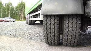 Paripyörillä rekan kokonaispaino jaetaan laajemmalle alalle.