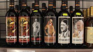 Viinipulloja, joiden etiketeissä esiintyvät Hitler ja paavi Johannes Paavali II, myynnissä supermarketissa