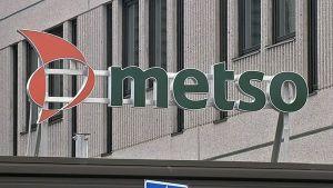 Metson logo rakennuksen katolla.