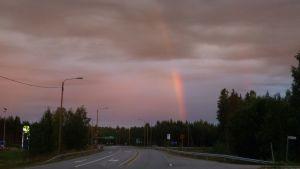 Punainen väri hallitsee auringonnousun aikaan sateenkaarta.