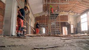 Kolme remonttimiestä työskentelee Puistokadun koulussa.