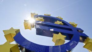 euro-merkki takaapäin Euroopan keskuspankin pihalla Frankfurtissa.