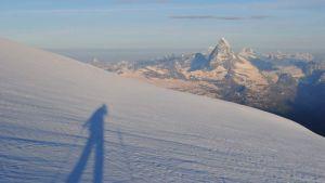 Juho Knuuttila yksin Strahlhornilla. Taustalla häämöttää Matterhorn.