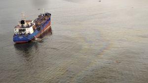 Tankkerilaiva ja saastunutta merta sen ympärillä.