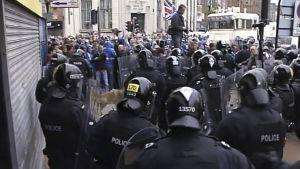 Poliisit lähestyvät mellakoijia