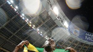Usain Bolt ja Jamaikan lippu.