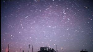 Tähdenlentoja öisellä taivaalla.