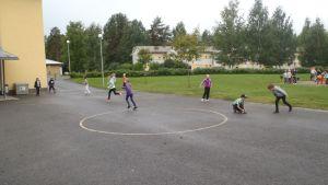 Koululaiset leikkivät välitunnilla.